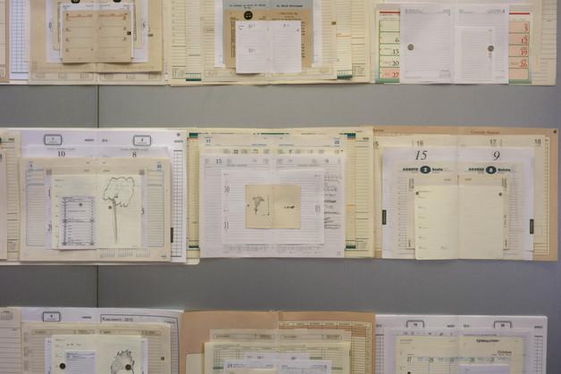 ANO NOVO [2014-2018], páginas de agendas, imãs, chapa de ferro, 200 x 200 cm.
