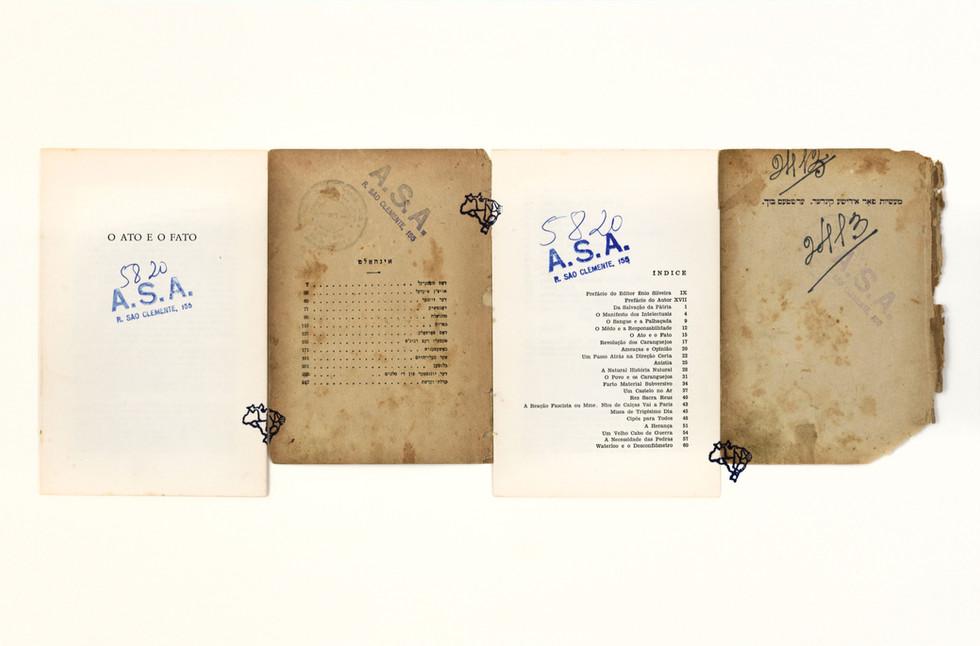 ATO E FATO (da série A.S.A.), carimbo e páginas de livro sobre cartão, 60 x 40 cm.