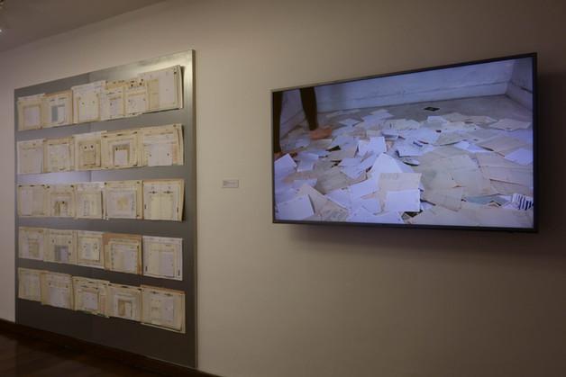 direita: ANO NOVO [2014-2018], páginas de agendas, imãs, chapa de ferro, 200 x 200 cm. esquerda: 31 DE DEZEMBRO [2018], video (cor, som, 7').