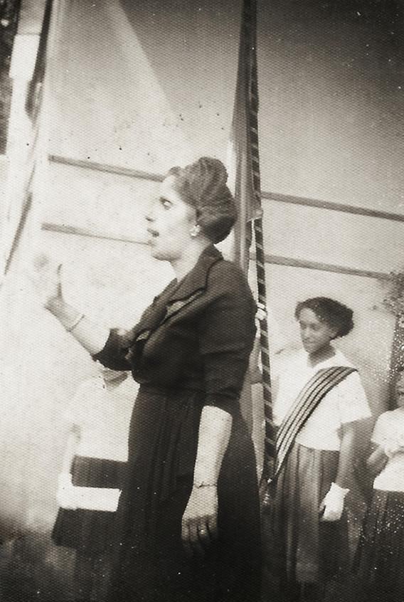 série Martha [collecçào escolar], 2018. Foto de família, década de 1930. Impressão jato de tinta sobre papel de algodão, 60 x 45.