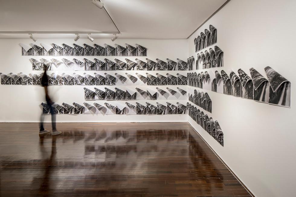 Struma [2018], fotocópia (29 x 21 cm, cada), imãs e pregos, dimensões variáveis | photocopies (29 x 21 cm, each), magnets, nails, variable dimensions. Foto: Joana França
