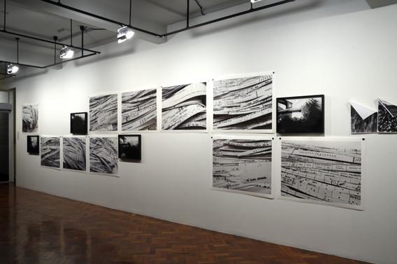 vista parcial da exposição Navio de emigrantes, Caixa Cultural, São Paulo [2019]  SÉRIE 6.028 TONELADAS DE REGISTRO [2018] impressão jato de tinta sobre papel de algodão, 12 imagens,  110 x 85 cm (cada)