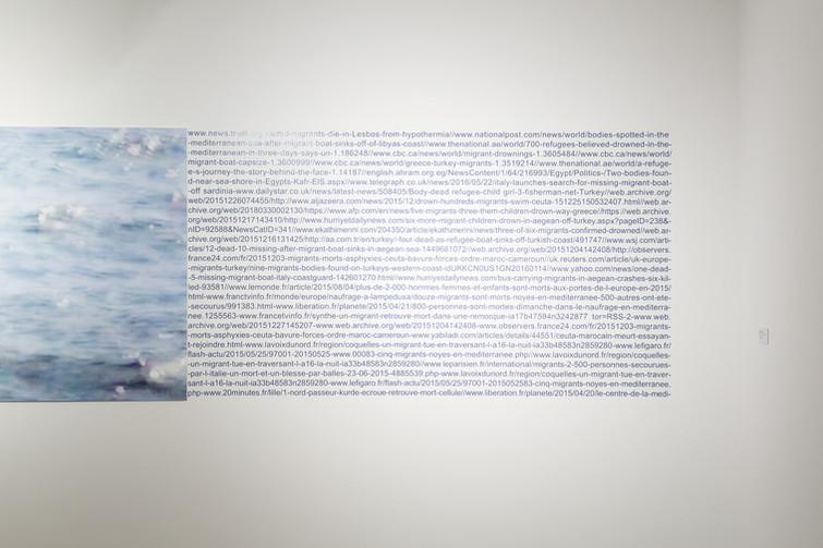 Mediterrâneo #5 [2018], impressão jato de tinta sobre papel algodão, texto em vinil, 360 x 90 cm (detalhe)