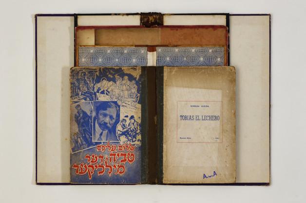TEVYE, O LEITEIRO (da série A.S.A.) [2018], capas de livro sobre cartão, 60 x 40 cm.