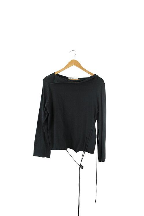S חולצה שחורה עם שרוכים