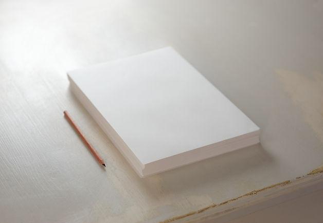Papierstapel und Bleistift