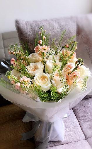 白色庭園玫瑰花束