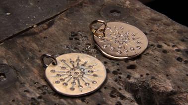 Reproduction médaille en or jaune 18 carats et diamants F VS