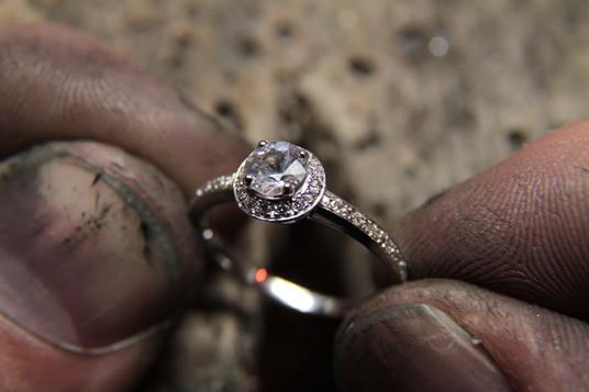 Bague Halo Ronde en or blanc 18 carats sertie de diamants.