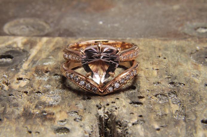 Alliance et bague de fiançailles en or rouge 18 carats, diamant et Morganite centrale taillée par le père de ma cliente.