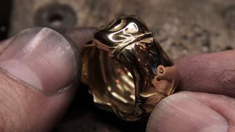 Bague Victoire de Samothrace en or jaune 18 carats