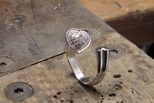Bague coeur pavé de diamant F VVS en or blanc 18 carats