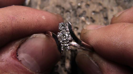 Bague toi et moi or blanc 18 carats, trois diamants.