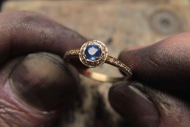 Bague Halo Rond en or jaune 18 carats, sertie d'un spahir de Ceylan et diamants.