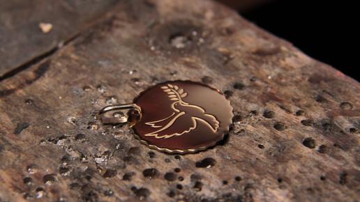 Médaille de Baptème en or jaune 18 carats gravée d'une colombe.
