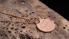 Médaille en or rouge 18 carats gravée.
