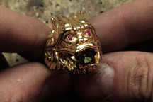 Bague dragon en or jaune 18 carats, rubis et tourmaline verte, faite pour Disiz La Peste.