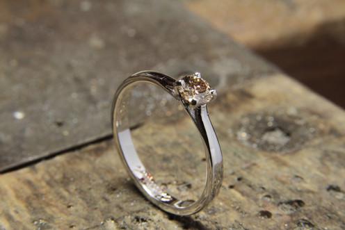 Solitaire or blanc 18 carats et diamant champagne