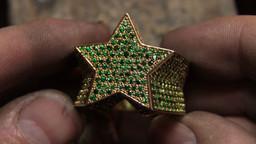 Bague étoile en or jaune 18 carats 50gr, sertie de 690 emeraudes.