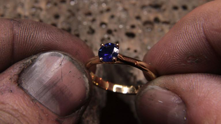 Solitaire or jaune 18 carats et saphir bleu royal