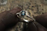 Bague Halo Hexagonale en or blanc 18 carats, sertie d'une Topaze Blue London et diamants.