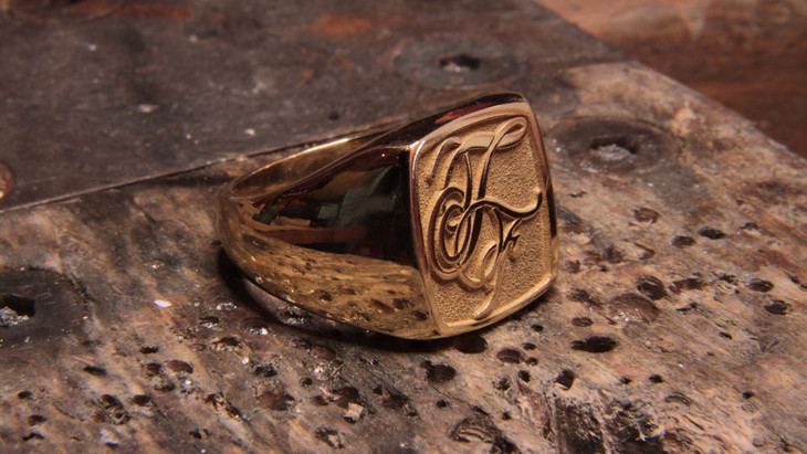 Chevalière en or jaune 18 carats (or client) avec gravure TF.