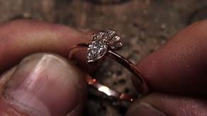 Bague or rouge 18 carats, diamant poire poivre au centre et diamant trapèze sur les cotés !