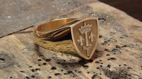 Chevalière or jauen 18 carats 25gr, gravée du blason de Jeanne d'Arc.