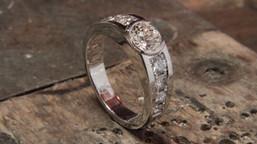 Bague or blanc 18 carats sertie de 9 diamants de ma cliente.