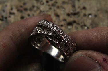 Alliance trois anneaux or blanc 18 carats sertie de diamants EF VVS.