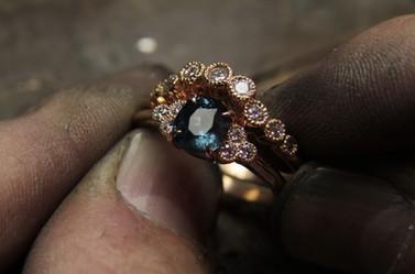 Alliance et bague de fiancailles, en or rouge 18 carats serties de diamants et d'un tres beau saphir du colorado.