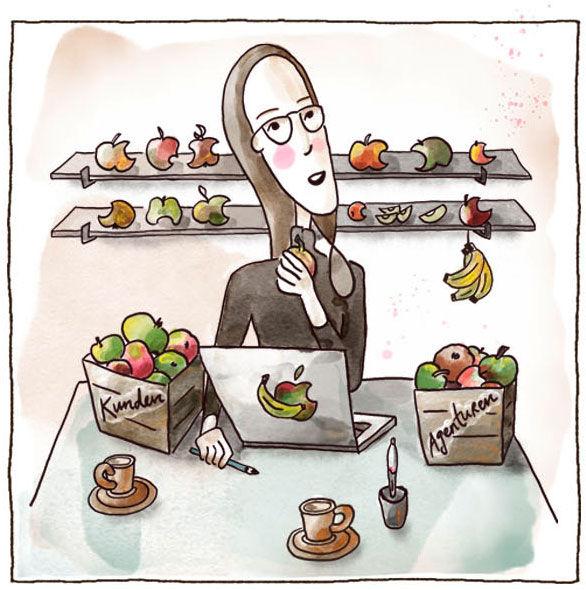 """Illustriertes Bild von Carmen Fischer Neumayer. Sie sitzt am Tisch an ihrem Laptop und hält einen Apfel in der Hand. Links und rechts vom Computer sind je eine Kiste gefüllt mit Äpfeln. Auf der linken Kiste steht """"Kunden"""", auf der rechten """"Agenturen"""".  Zwei Espressotassen und einen Tablet-Stift stehen auch noch auf dem Tisch. Hinten an der Wand ist ein Regal mit vielen angebissenen Äpfeln."""