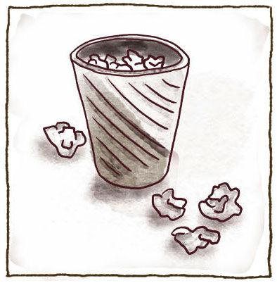 Ein mit Papier gefüllter Papierkorb. Vier Papierknäuel liegen um dem Papierkorb auf dem Boden.