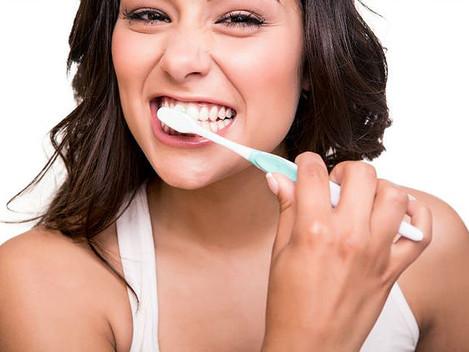 ¿Cuándo es mejor lavarse los dientes: después de cenar o justo antes de dormir?