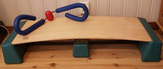 Air Bench Step-Up bräda, 300 kr. Träningsredskap lår, 50 kr.