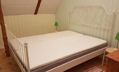 Sängram IKEA Leirvik 160cm, 400 kr. Resårmadrass, 400 kr Bäddmadrass (2x) 80 cm, 200 kr/st Ribbotten (2x) 80 cm, 100  kr/st Resårmadrass 160 cm IKEA, 400 kr. Bäddmadrass 80 cm (2x) IKEA 200 kr/st.  500kr