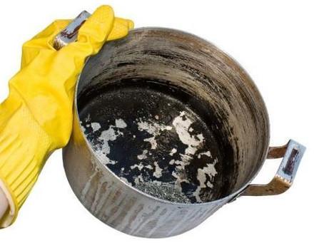 Truque com papel toalha ajuda a limpar o fundo da panela queimada