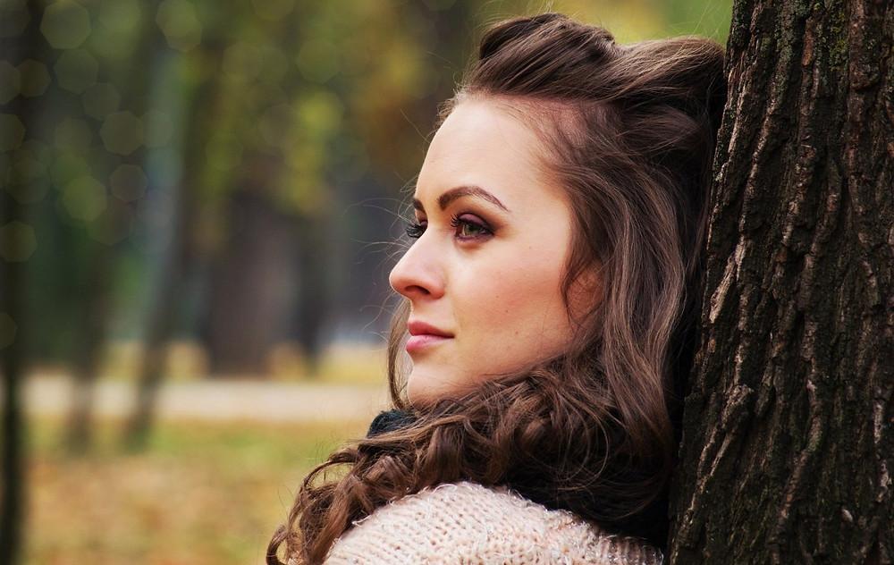 beautiful-girl-looking-away-1995531_1920
