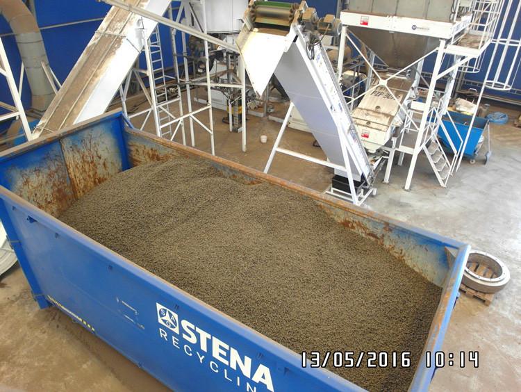 Załadunek pelletów z ASR do kontenera - potem do spalani śmieci