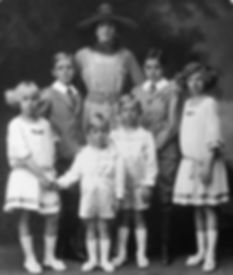 Victoria Eugénie with her 6 surviving children ​