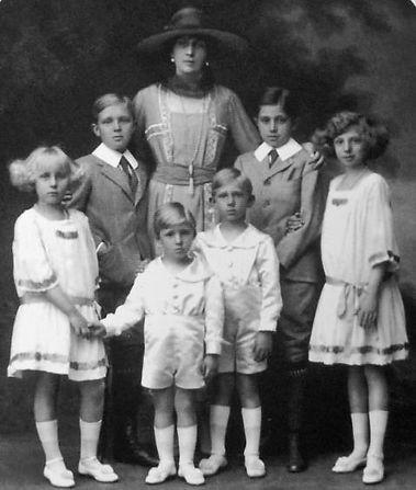 Victoria Eugénie with her 6 surviving children 