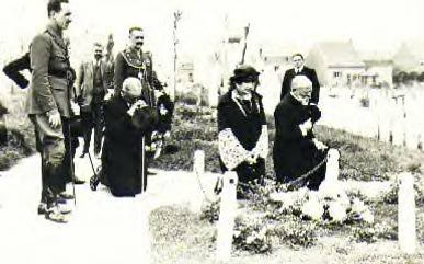  Queen Victoria Eugénie of Spain visiting the grave of her brother - Prince Maurice of Battenberg in Ypres, Belgium 