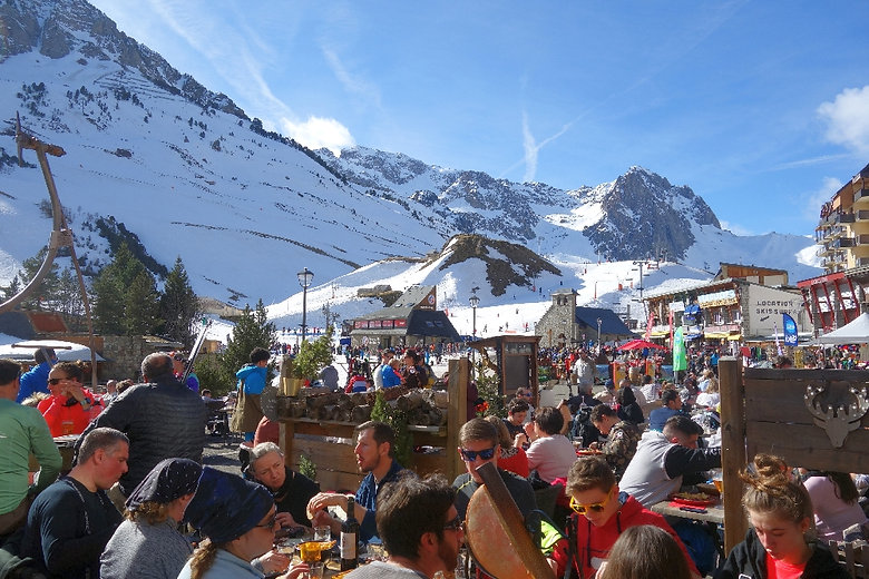 Restaurants and terraces at the foot of the slopes in La Monjie