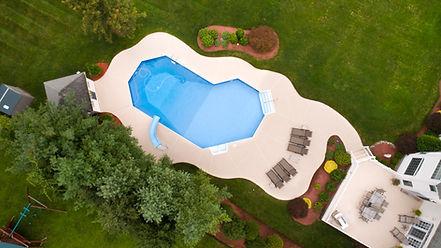 Vista aérea de uma piscina