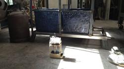 kasje met blauwe bakken en maquette in werkplaats