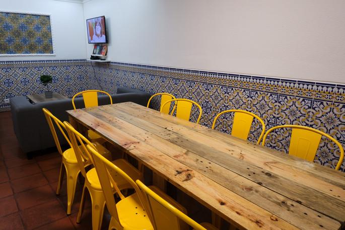 Mesa de jantar do Help Yourself Hostels Restelo