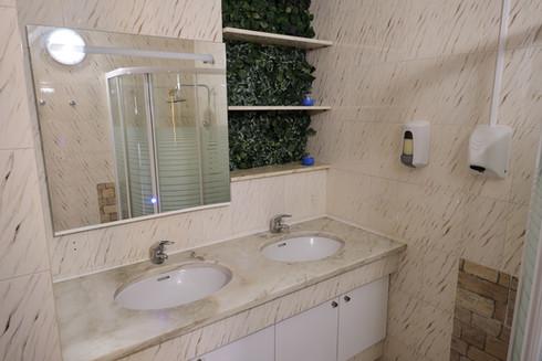 WC em quarto partilhado no Help Yourself Hostels Restelo