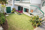 Espaço exterior com relva do Help Yourself Hostels Carcavelos