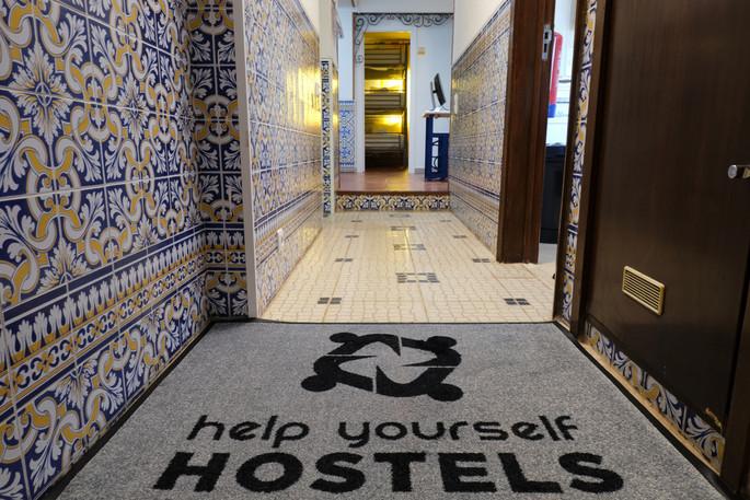 Entrada do Help Yourself Hostels Restelo