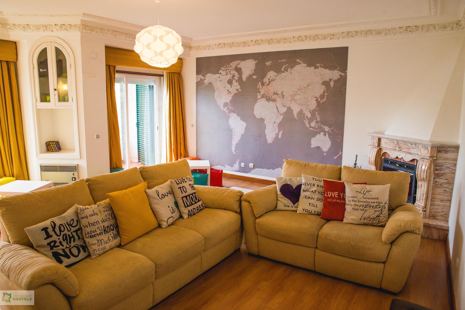 Sala de estar comum do Help Yourself Hostels Carcavelos